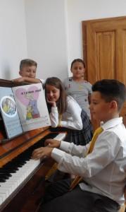 Die Stiftung finanziert ein Klavier für das Loyola Gymnasium in Prizren